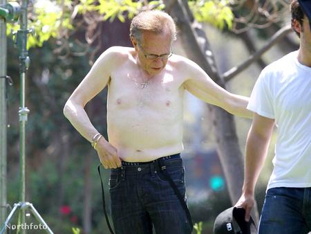 Larry King leveszi az ingét egy forgatás kedvéért