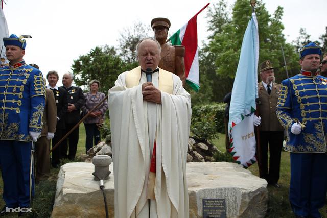 Egy református lelkész és egy katolikus pap is megáldotta az emlékművet.