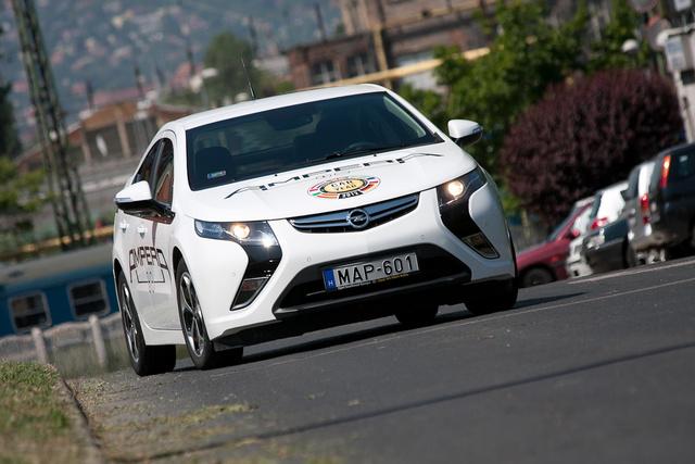 Az új, hatalmas szemfogakkal vicsorgó Opel-design