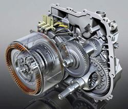 Ami látszik: a hajtómotor a nagy gyűrű, benne a bolygómű a tengelykapcsolókkal. A differenciálmű hajtása a gyűrűkerékről történik. A benzinmotor a hajtómű túloldalán van, a generátor nem látszik a képen, csupán felsejlik a nagy gyűrű mögött..