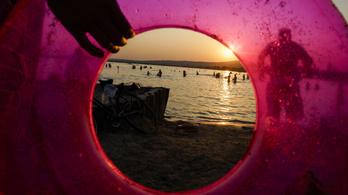 Hat embert kellett kimenteni szombaton a Velencei-tóból