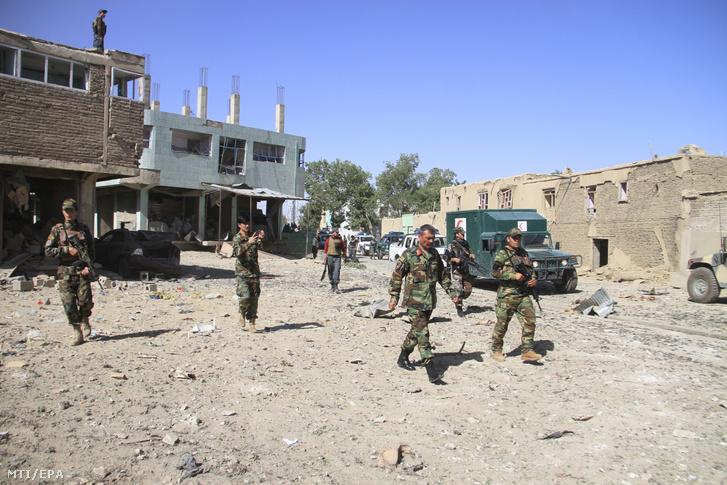 A biztonsági erõk helyszínelnek a közép-afganisztáni Gazni város Nemzetbiztonsági Hivatalának (NDS) épületénél ahol autóba rejtett pokolgép robbant 2019. július 7-én. A támadásban legkevesebb nyolc hivatásos személy meghalt és több mint 50 civil megsebesült. A merényletet tálib iszlamista fegyveresek vállalták magukra.