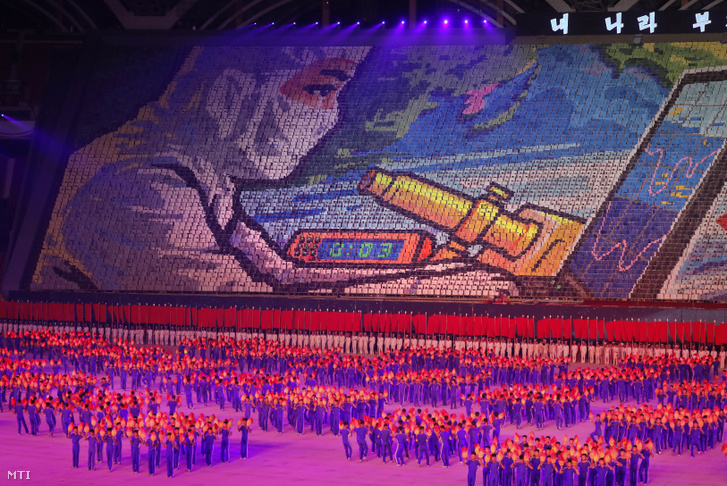 Fellépők az észak-koreai tömegjátékok fesztiválján (koreai nyelven Arirang) a phenjani Május Elseje Stadionban 2019. július 16-án. A tömegjátékokon gimnasztikai és táncelőadásokkal dicsőítik Észak-Korea történelmét és a Koreai Munkáspártot.