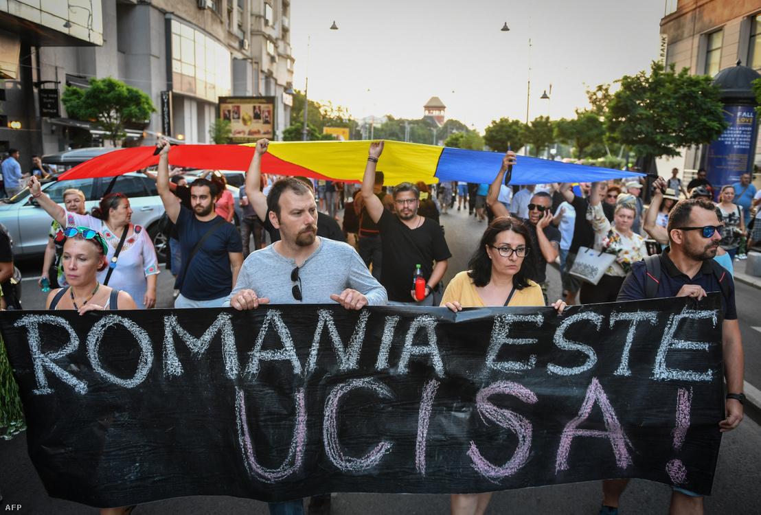 Nemi erőszak és gyilkosság áldozatául esett 15 éves lány esete miatt tiltakoznak tüntetők a bukaresti belügyminisztérium előtt 2019. július 27-én, az elkövetés másnapján.