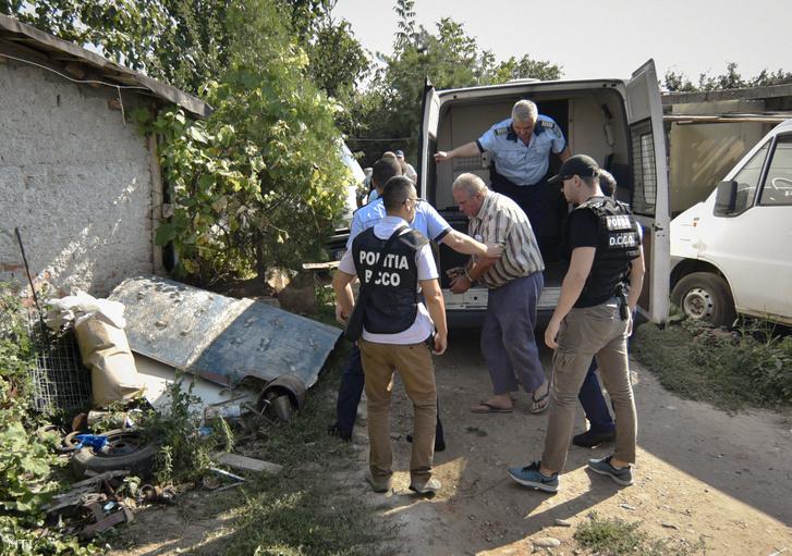 Rendőrök letartóztatják az egy 15 éves lány elrablásával és meggyilkolásával vádolt George Dinca román férfit caracali házának udvarán, a bűncselekmény helyszínén 2019. július 27-én.
