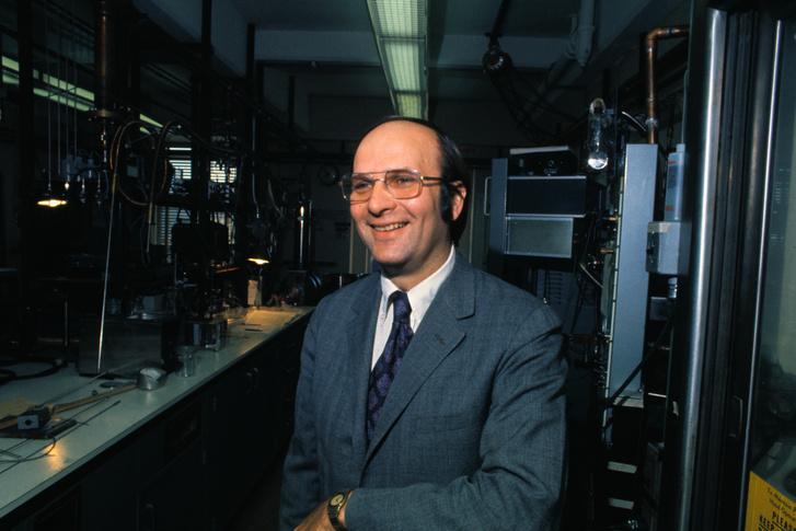 John Robert Schrieffer a Pennsylvania Egyetem kutatólaboratóriumában, 1972-ben, miután Nobel-díjban részesítették