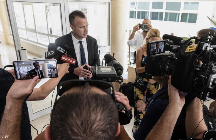 A vádlottak ügyvédje nyilatkozik a sajtónak