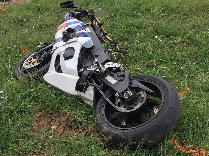 Egy keréken autókat előző motoros halt meg Zombán.