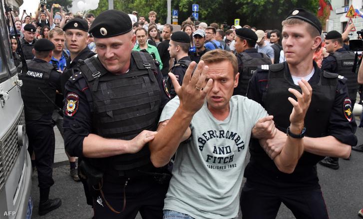 Alekszej Navalnij orosz ellenzéki politikust őrizetbe veszik Moszkvában 2019. június 12-én.