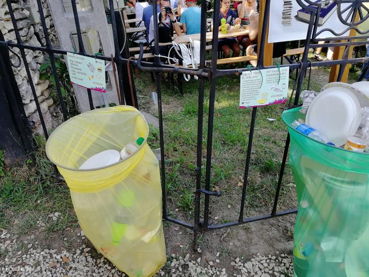 Szelektív gyűjtés a Művészetek Völgyében, mindkét kukába válogatás nélkül dobálták a lebomló tányért és a PET palackot is.
