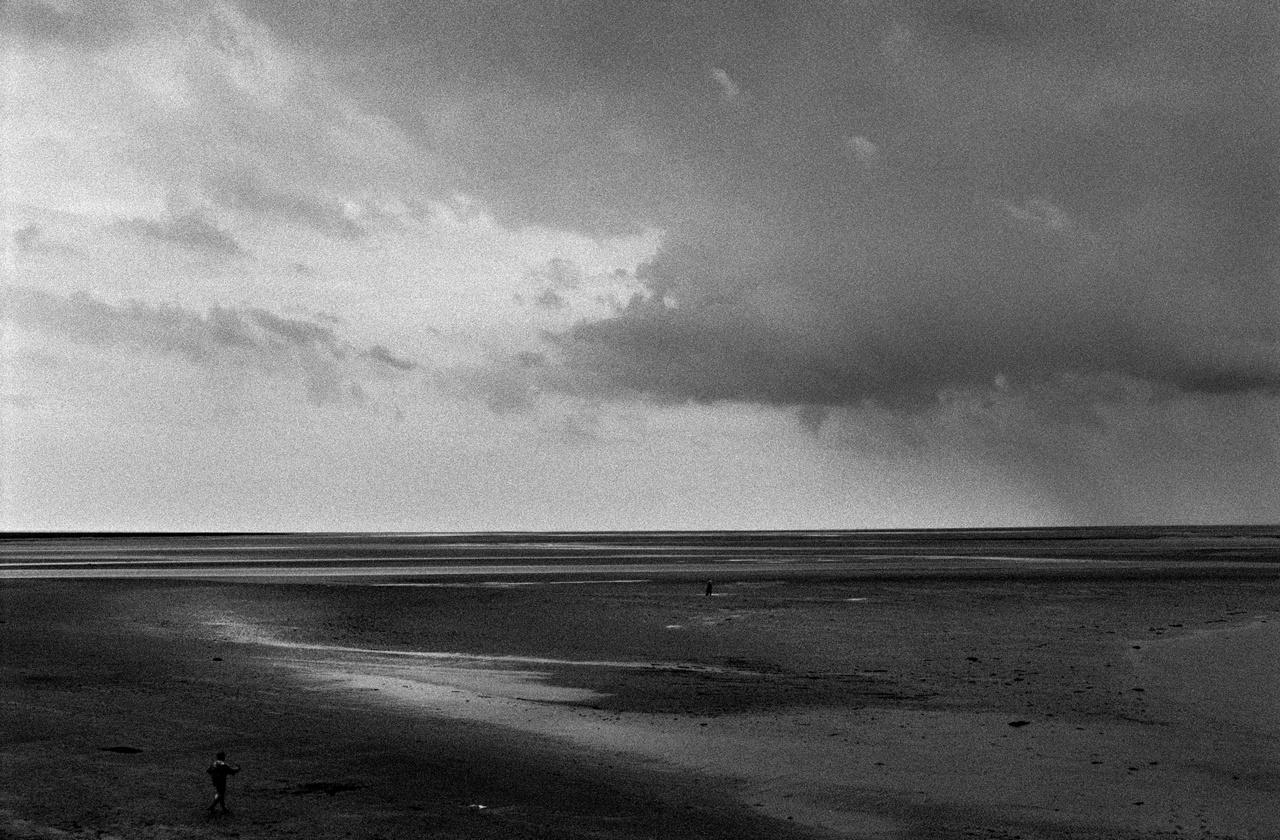 """Tengerpart Mont-Saint-Michel közelében, Franciaországban.Molnár képeiben a tengerpart egy perem: az egyetlen igazi peremvidék ebben a világban, """"ahol a határok nagyrészt politikai fikciók, és nem felel meg a határok megszokott fogalmainak."""" Változó, hullámzó és végtelenül áteresztõ."""