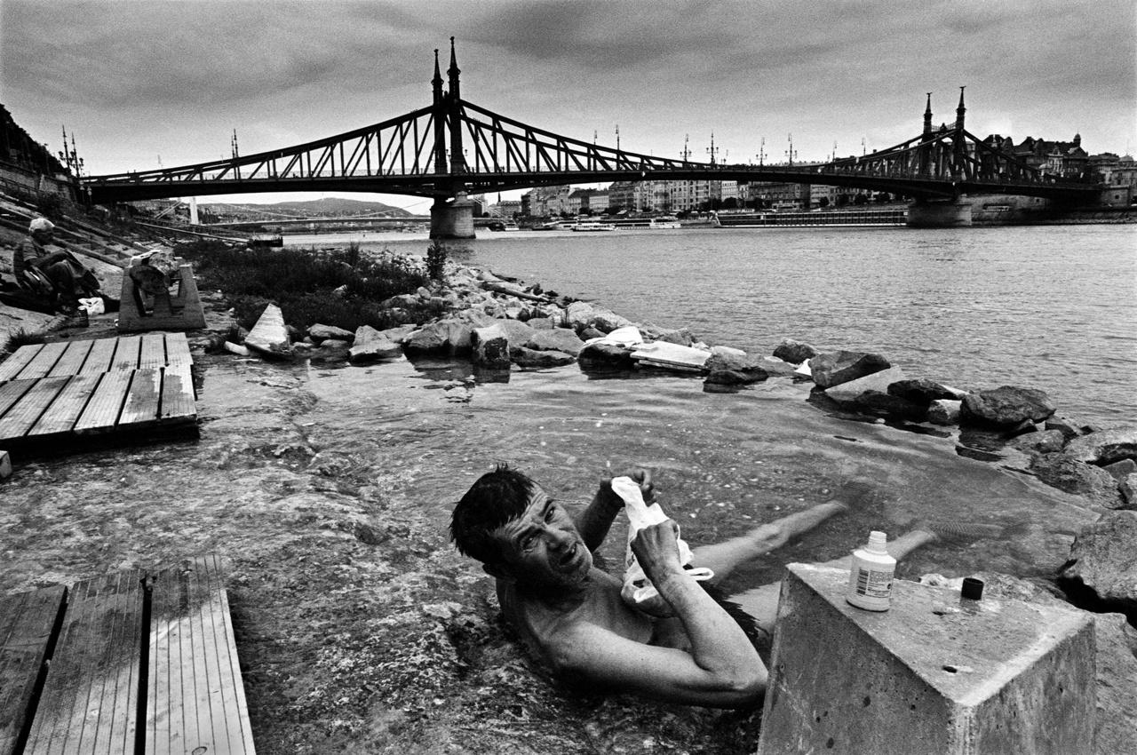"""Fürdőző hajléktalan a budai alsó rakparton, Budapesten.A Földön 1,2 milliárd ember él a víz közvetlen közelében. Kapcsolatukat és túlélésüket is a víz minősége határozza meg, ami a fotós szerint """"évtizedről évtizedre egyre rosszabb."""""""