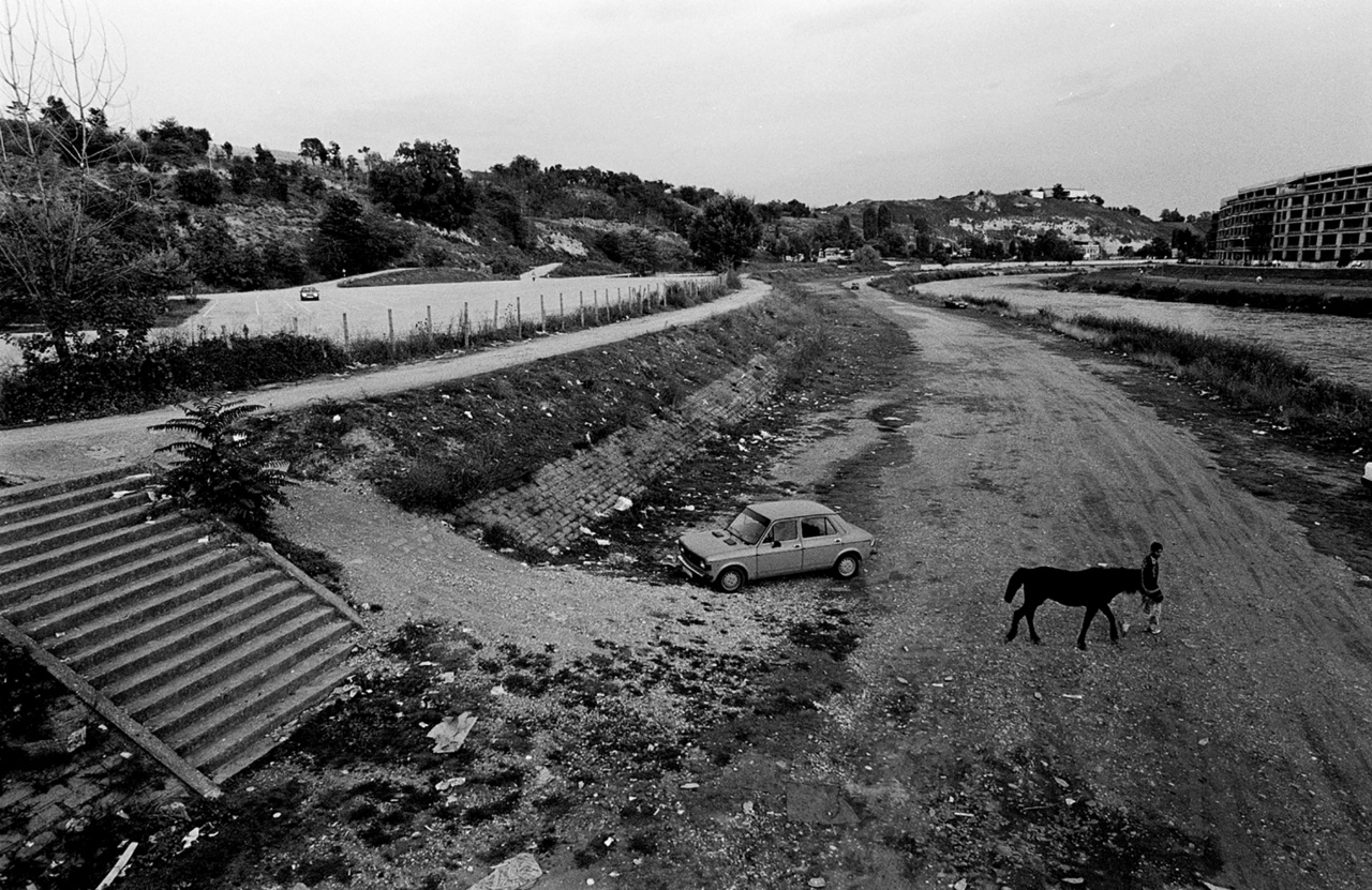 """Kiapadt folyó Észak-Macedóniában.A víz több színben is megjelenik: a lábunknál áttetsző, a felfelé ívelő hullámokon zöld, a vízpermetben fehér, a mélységekben pedig """"az égtől kölcsönzött kékké összeálló homályos átlátszóság"""" – írja Uhl Gabriella az Aqua bevezetőjében."""