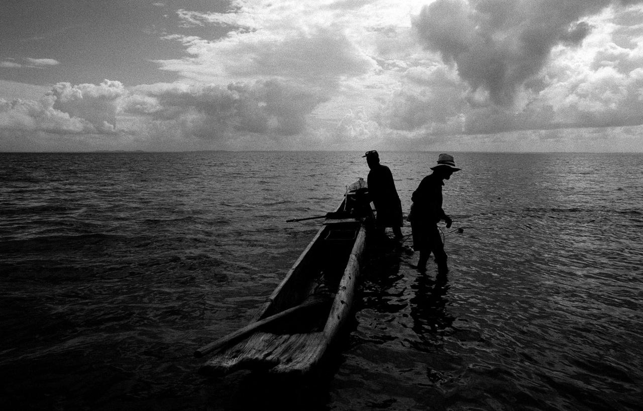 """Hajósok Brazíliában.Molnár Zoltán a dél-amerikai ország több nagyvárosába is ellátogatott: Salvador da Bahia, Rio de Janeiro vagy Belém egyszerre hordozzák magukban az ősi kultúrák sokszínűségét, a gyarmatosítók pompájának emlékeit és a bevándorlók magukkal hozott hagyományait. """"Az itt élő emberek közvetlen kapcsolatban vannak a vízzel, és a túlélésük is a víztől függ"""", mondja a fényképész."""