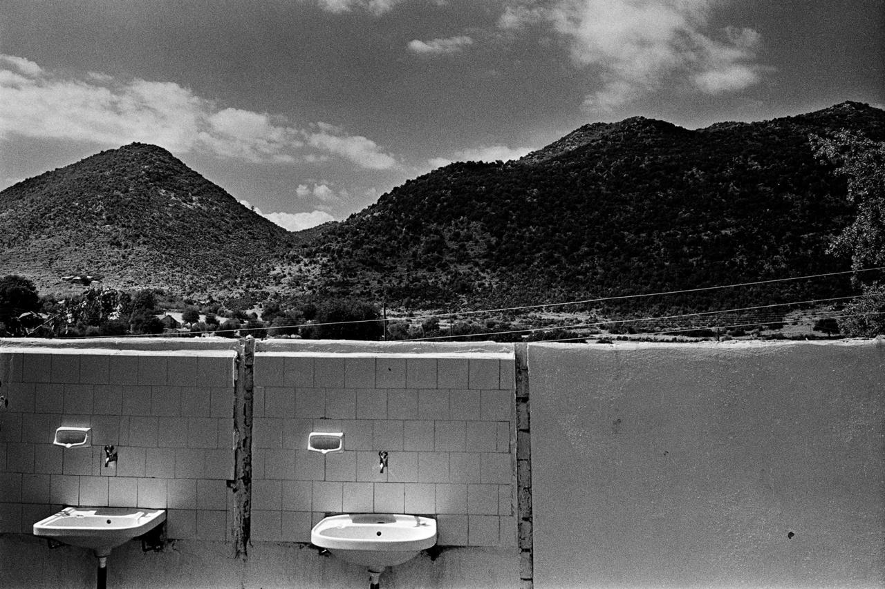 """Elhagyatott mosdókagylók Törökországban, háttérben hegyekkel. """"A víz lételem, alapfeltétele az ember egyéni és társadalmi létének."""" Az ember pedig a vizet, mint természeti erőforrást igen sok formában hasznosítja. A fejlett világban a háztartásokhoz, a közintézményekhez vezetékek hálózatán keresztül jut el a víz oda, ahol szükség van rá."""