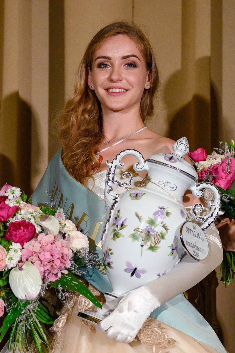 A 194. Anna-bál szépe, a Kisvárdáról származó Purgel Réka a balatonfüredi Anna Grand Hotel dísztermében.