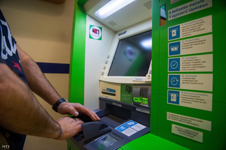 Bankautomata (ATM) az OTP Bank új, innovációs fiókjában Budapesten