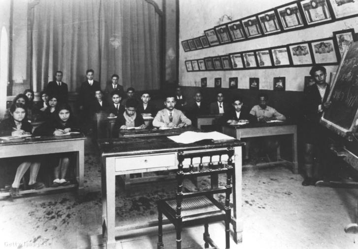 A líbiai Rosh Pinna iskola osztályterme 1933 körül. A falon Maccabi sportcsapatok díjai.