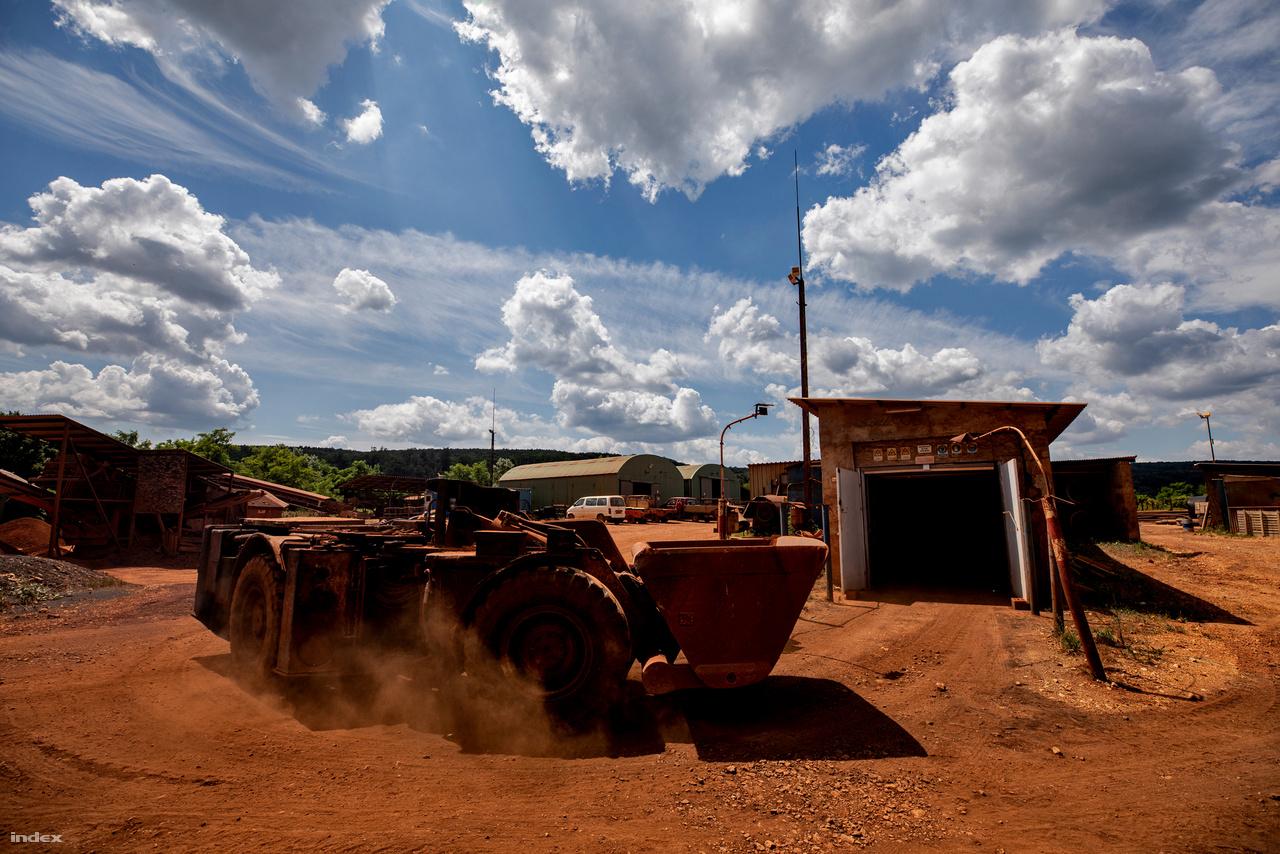 Az Eoszén Kft igazi mikrovállalkozás: öt éve még körülbelül negyvenen dolgoztak a cégnél, ma már feleannyian és közülük is csak néhányan mennek le a bányába kutatási, fenntartási munkákat végezni. A többiek egyéb külső megrendelések alapján főleg mélyépítési, bányászati munkákat végeznek.