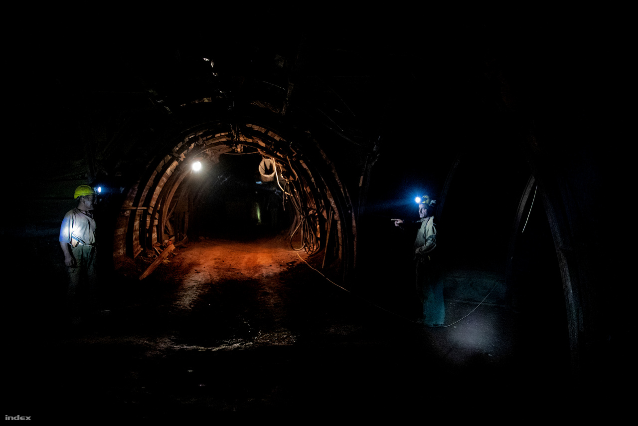 Nagyjából száz méterrel vagyunk a földfelszín alatt. Az alagút falát harang alakú acélidomokkal erősítették meg, a mögéjük beépített keményfa deszkák biztosítják testi épségünket, valamint a vágat fanyar szagát.