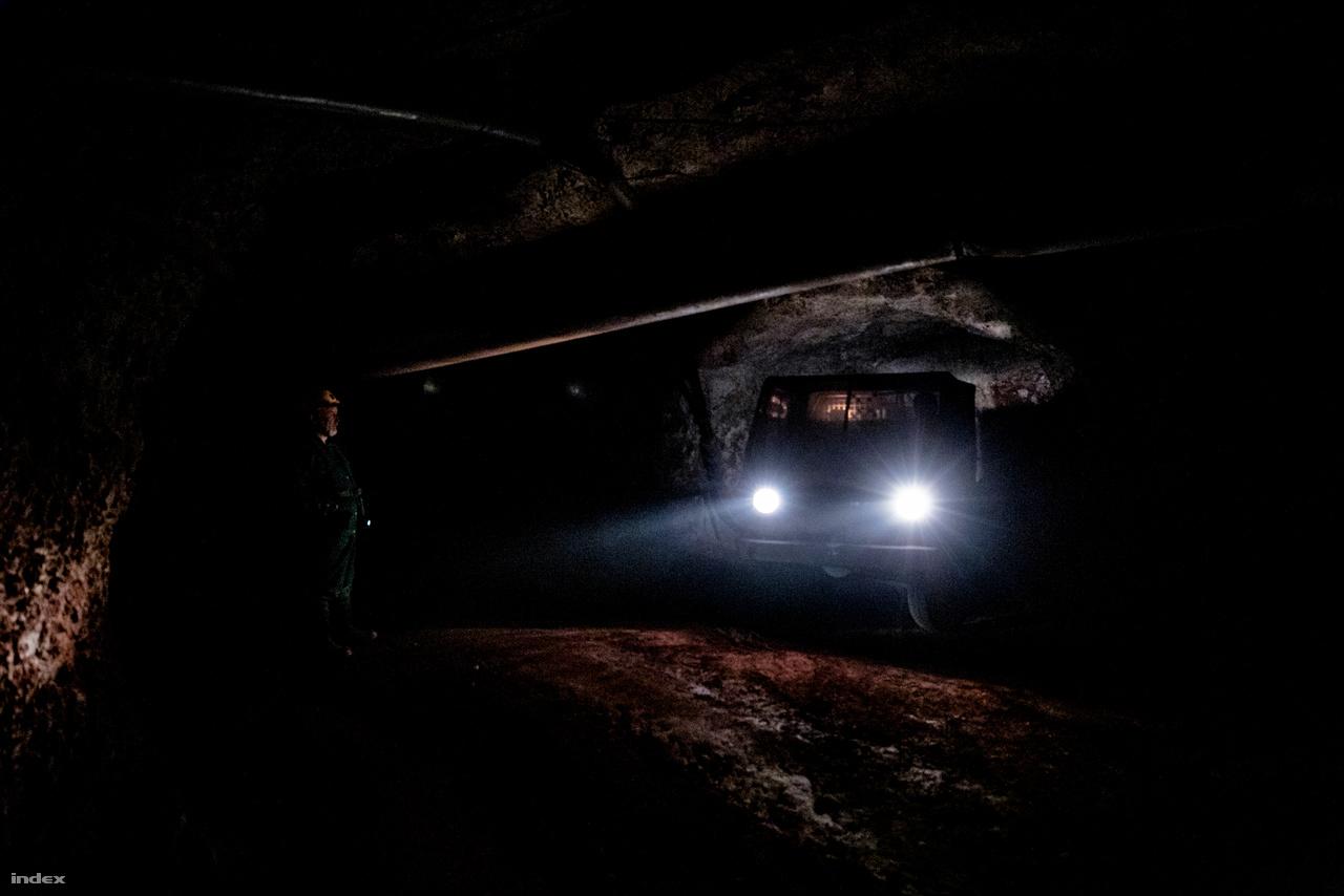 Az alagút hangulatos kivilágítása pár kanyar után eltűnik, onnantól a zajosan pöfékelő Multicar fényszórója előtt felsejlő alagút testesíti meg a létező világot. Visszanézve nincs más, csak a nagy büdös semmi, a tökéletes feketeség.