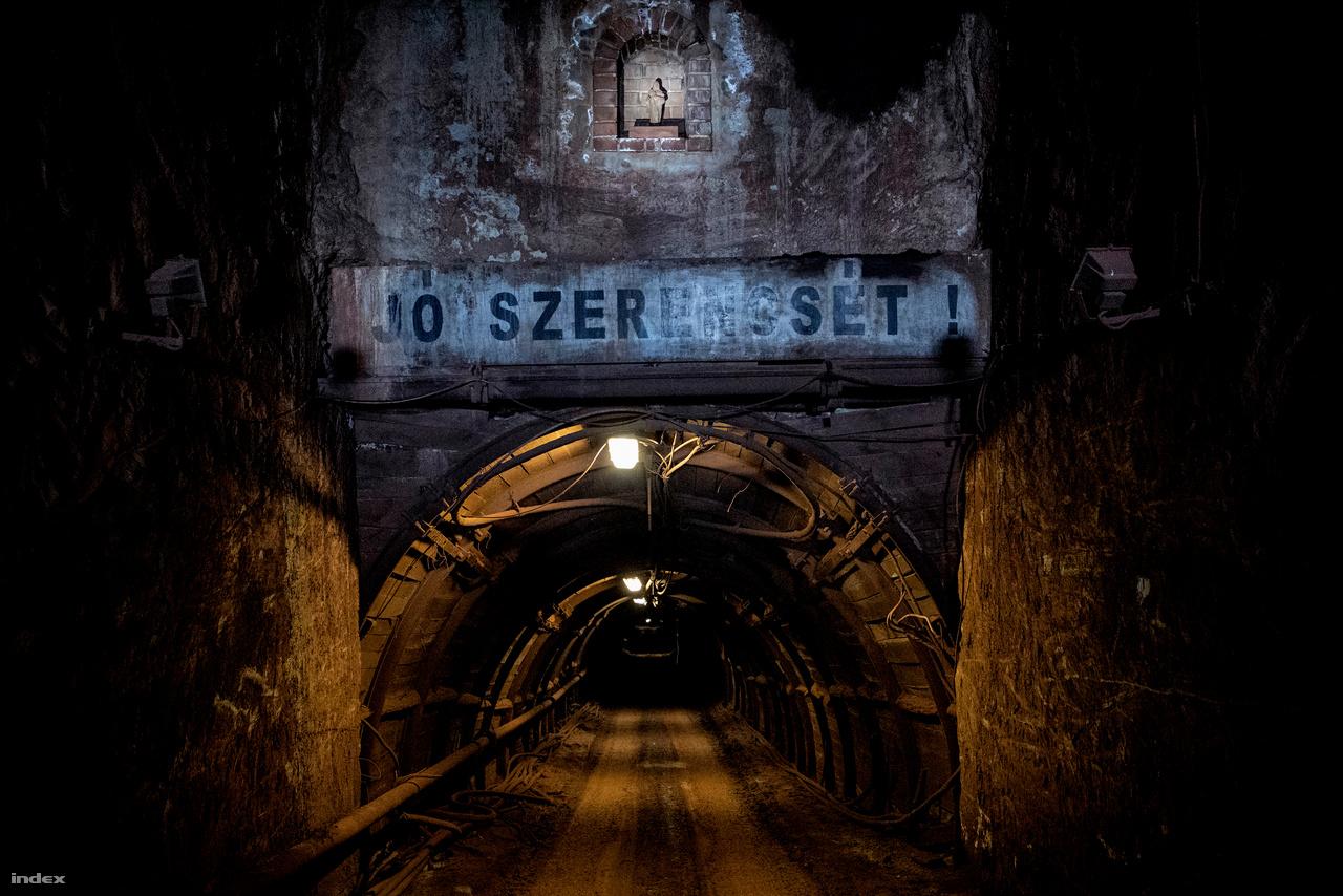 """A német Glück Auf alapján alakult ki a hazai bányászok köszöntése:                         """"Jó szerencsét!"""".Szükség  is van rá, mert kapkodásból, váratlan eseményből - kőzethullás,omlás - könnyen balesetet szenvedhetnek a lent dolgozók. Odalent megmutatták nekünk a bánya még bejárható alsó végét is, egy óriási """"pocsolyát"""", ami a korábbi műveleti területek elárasztásából jött létre.A nyugalmi karsztvízszint alatt húzódó területeket gazdasági okok miatt ideiglenesen feladták, mert olyan mértékű vízemelésre volt szükség, amit az eladásokból már nem lehet finanszírozni."""