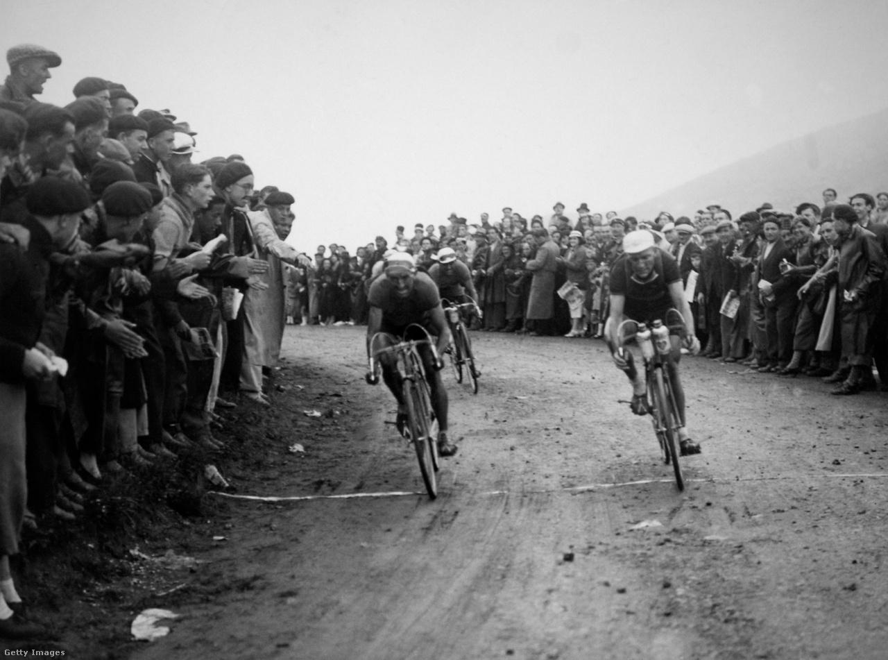 1936-ban a belga Félicien Vervaeckére le is sújtott a rendezői szigor. Tízperces büntetést kapott azért, mert váltós kerékpárt használt a 16. szakaszon. Aztán még egy perccel sújtották, mert élelmet fogadott el a feleségétől. A szakaszon ötödikként beérkező Vervaeckét így a 22. helyre sorolták. Összetettben végül a harmadik lett, ha nem kap büntetést, egy hellyel előrébb végezhetett volna. Ebben az évben egyébként Sylvére Maes nyerte a Tourt.