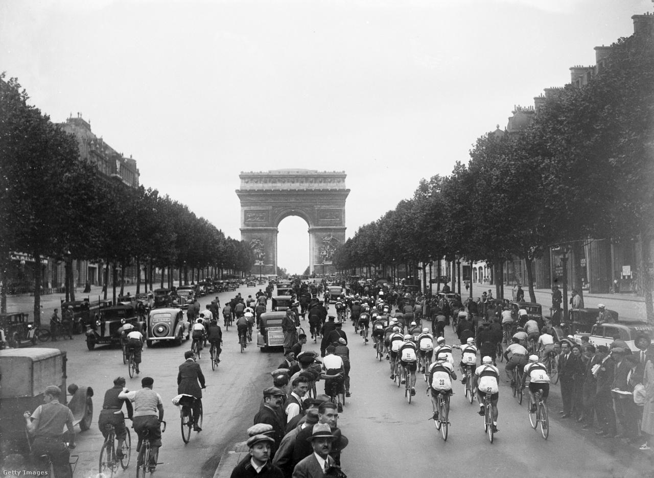 A párizsi Champs Élysées-i befutó már úgy hozzánőtt a Tourhoz, mint a sárga trikó, de nem volt mindig itt az utolsó szakasz célja. Korábban is járt arra a mezőny, mint például 1935-ben, de csak 1975 óta állandósult zárószakaszként.