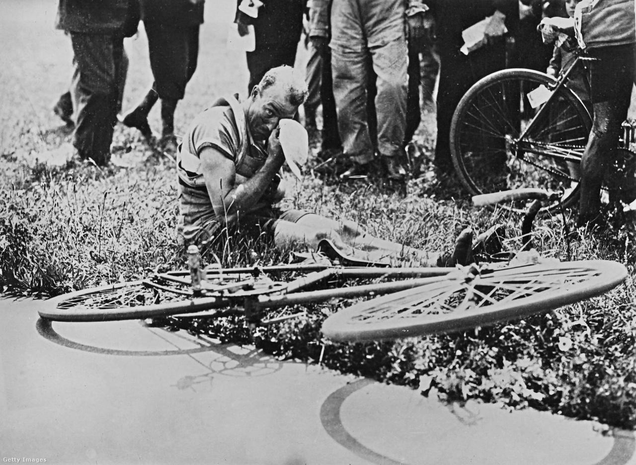 André Leducq az 1930-as és az 1932-es Tourt is megnyerte. A francia kerekes elég jó sprinter volt, és jórészt ennek is köszönhette sikerét. Szakaszonként az első három 4-2-1 perces jóváírást kapott, ha pedig valaki több mint három perc különbséggel nyert egy etapot, még három perc bónuszt kapott. Leducq 1932-ben 31 percet gyűjtött így össze, a 3. szakasztól ő viselte a sárga trikót.