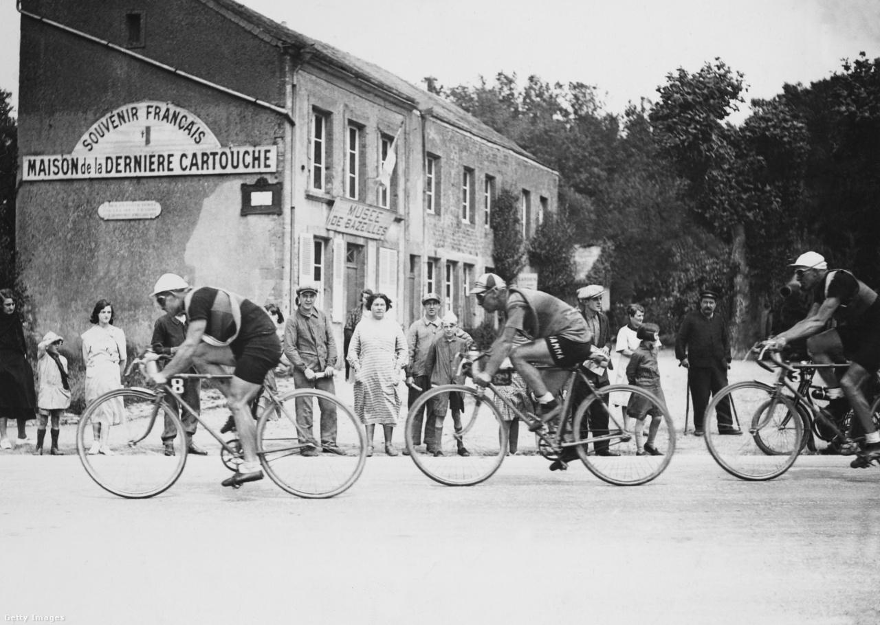 Az 1927-es Tour brutális hosszúságú, 5340 kilométeres volt. Nem is csoda, hogy a végére közel kétórás különbség alakult ki az első Nicolas Frantz és a második Maurices De Waele között. A lebonyolítás is furcsa volt mai szemmel, a 24-ből 16 szakaszt csapat időfutamként rendeztek meg.