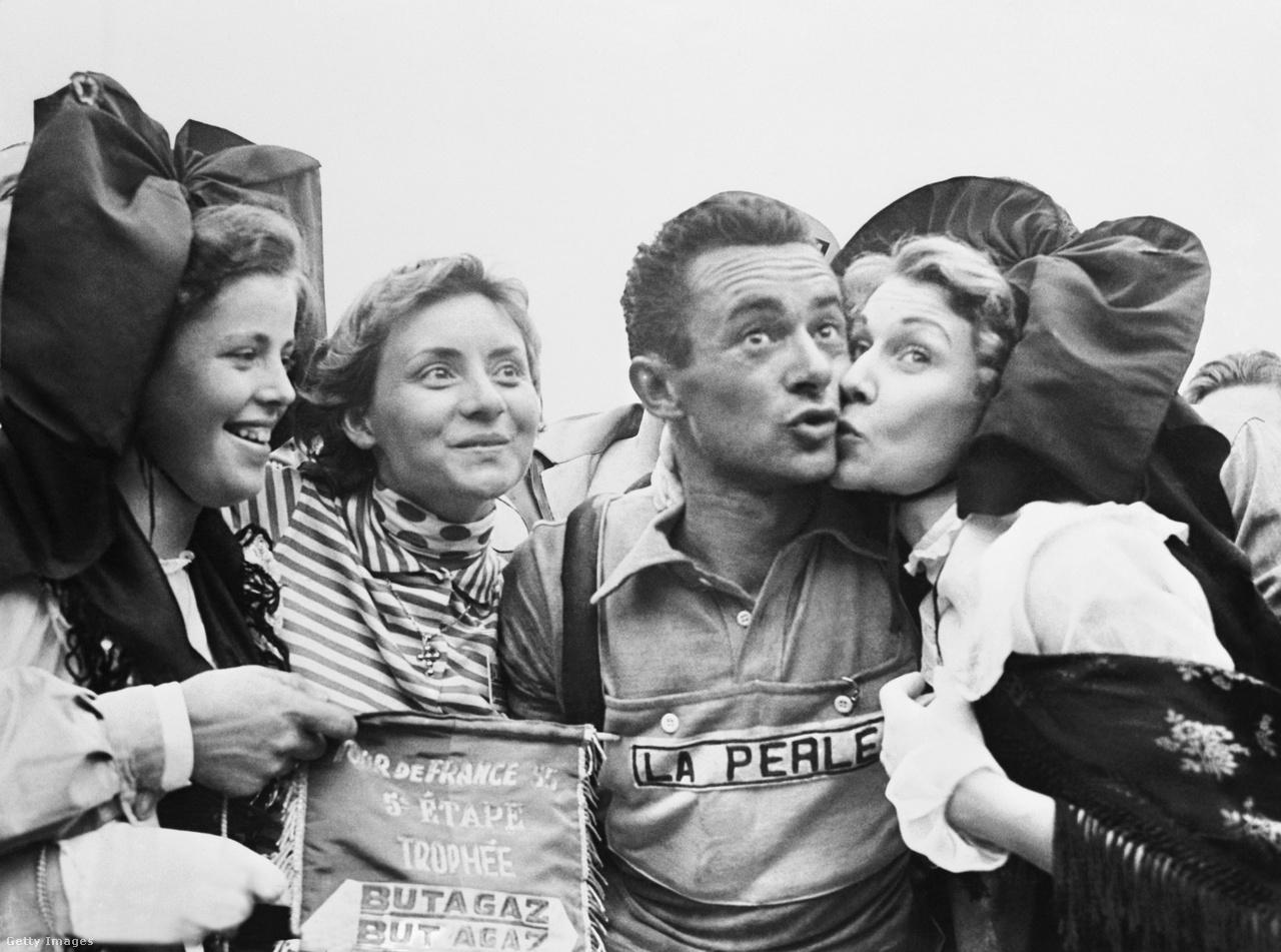 Pódiumlányok már az 1955-ös Touron is voltak. Ma már modellügynökségek utaztatják a pódiumlányokat, de sokáig mindig a célváros biztosított a díjátadókat. A képen az ötödik szakasz győztese, Roger Hassenforder gyűjti be a puszikat Colmarban.