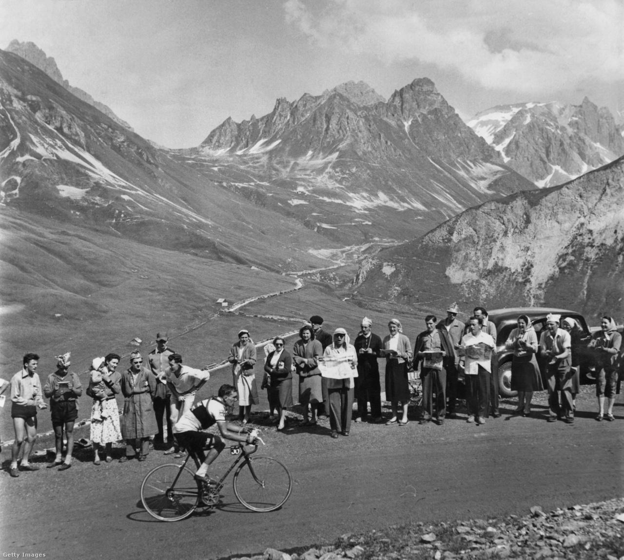 Manapság a brit Ineos/Sky uralja a Tourt, de a brit dominancia sokáig fel sem merülhetett a versenyen. 1955 volt az első év, amikor brit csapat indult a Touron. A tíz csapattagból végül kettő ért célba. A legjobb versenyzőjük, Brian Robinson a 29. lett összetettben, közel két órát kapott a sorozatban harmadik Tourját nyerő Louison Bobet-tól.