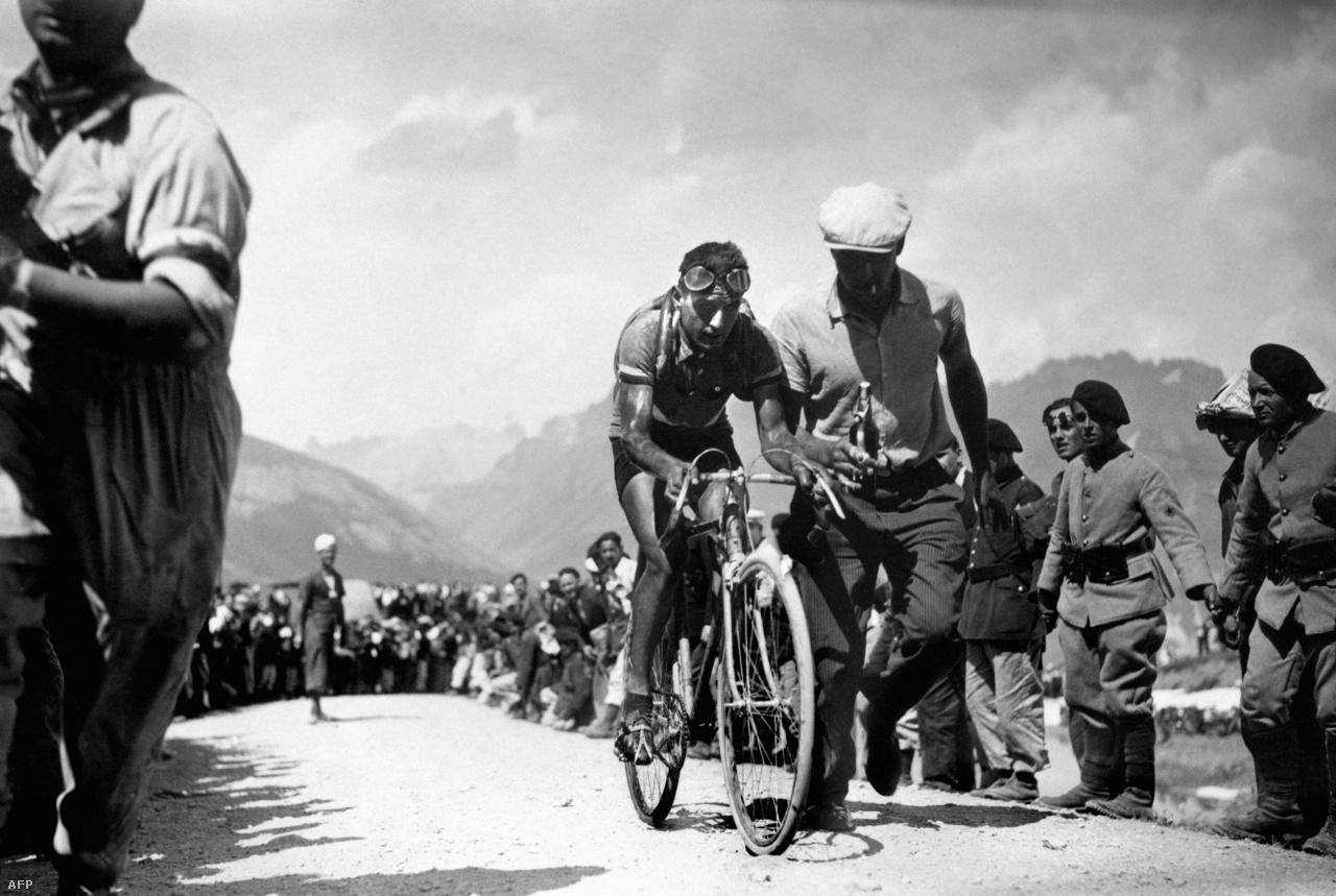 A verseny egyik rettegett hegye még ma is a Col du Galibier, amit először 1911-ben másztak meg a bringások. Az Alpokban található csúcs időről időre bekerül a programba, ma már annyival könnyebb a helyzetük a versenyzőknek, hogy burkoltak az utak. A hőskorban még a port nyelte mindenki a 2556 méter csúcs felé tartva. 1934-ben a hetedik szakaszon René Vietto bukott át először a csúcson. A hegyi hágó déli bejáratánál pedig a Tour alapítójának, Henri Desgrange-nak áll az emlékműve.