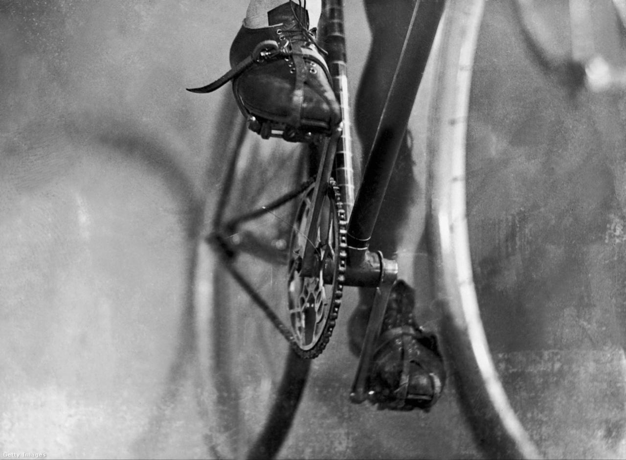 A Tour de France-t kitaláló és sokáig szervező Henri Desgrange-t sok kerékpárversenyző a pokolra kívánta a szigorú szabályai és a lehetetlenül kemény szakaszai miatt. Desgrange volt az, aki 1937-ig tiltotta a váltórendszerek használatát, pedig már 1903-ban is léteztek azok. Így gyakorlatilag egysebességes bringákkal teljesítették a szakaszokat.