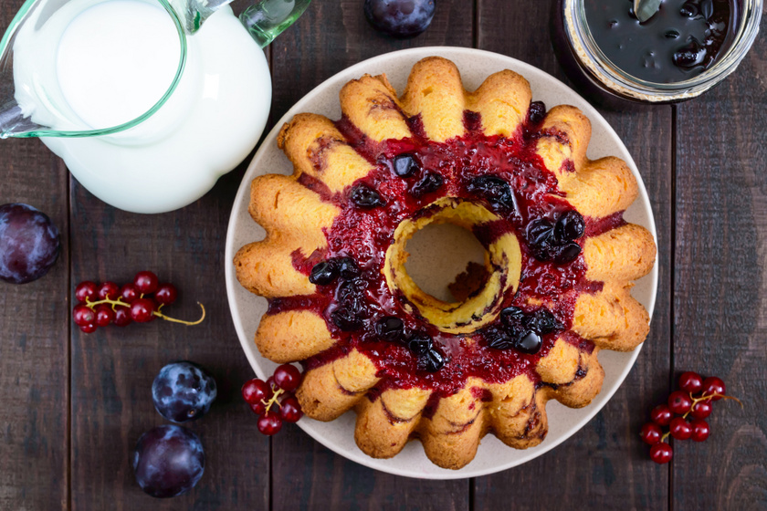 Egyszerű kevert kuglóf friss nyári gyümölcsökkel: ez nem szárad ki a sütőben