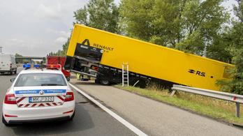 F1-csapat kamionja szakította át az M1-es szalagkorlátját Győrnél