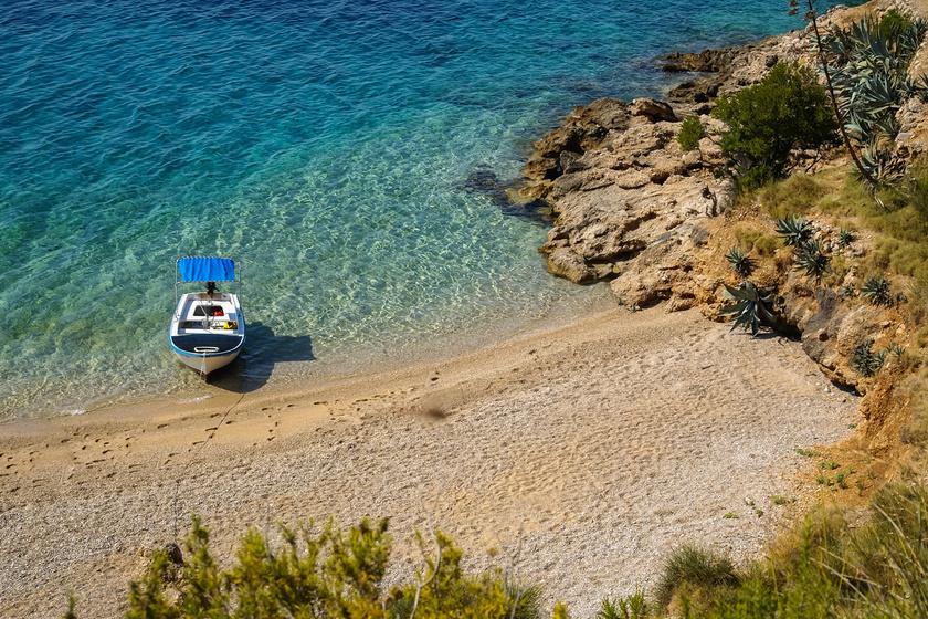 Paklina egy gyönyörű, sziklás öblökkel tarkított naturista strand Brač szigetének déli oldalán, távol a nyüzsgéstől és a zajtól.