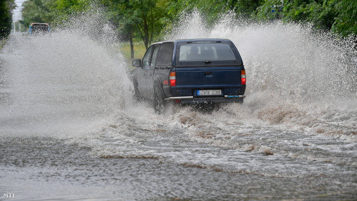 Hirtelen lezúduló eső nehezíti a közlekedést Debrecenben 2019. július 27-én.
