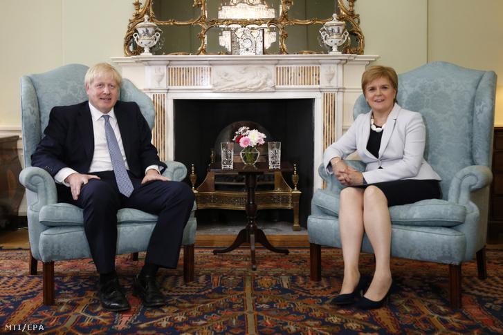 Boris Johnson brit (b) és Nicola Sturgeon skót miniszterelnök megbeszélést folytat a skót kormányfői rezidencián az edinburghi Bute Házban 2019. július 29-én.