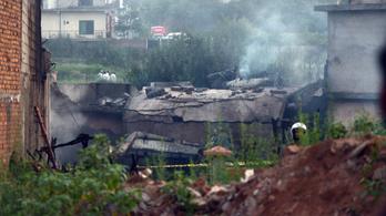 Falura zuhant egy katonai repülő Pakisztánban