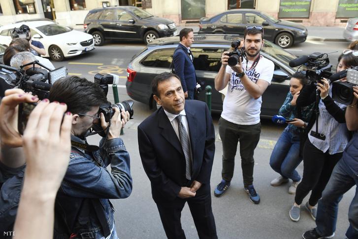 A Fenyő János médiavállalkozó meggyilkolásának ügyében felbujtóként meggyanúsított Gyárfás Tamás érkezik tárgyalására 2018. április 20-án, ahol a bíróság döntése értelmében lakhelyelhagyási tilalmat rendelt el a volt úszószövetségi elnök és médiavállalkozó ellen