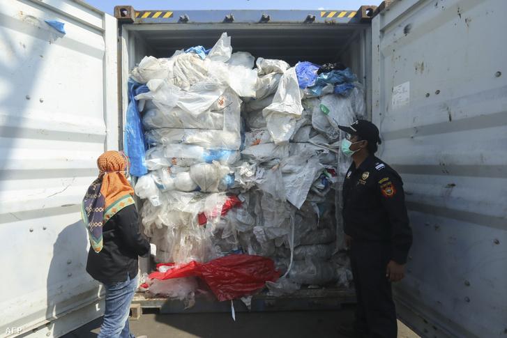 Indonéz tisztek ellenőrzik az illegálisan behozott műanyag hulladékkal teli konténert Batamban.