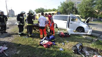 Villamossal ütközött egy kisbusz Budapesten, tíz ember sérült meg