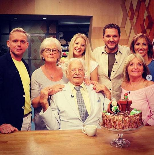 Bálint gazda mögött a felesége és az RTL Klub műsorvezetői, a bal oldalon Mezőfi Tamás Európa-bajnok virágkötő, a jobbon Szabó Erzsébet virágdizájner - mindketten régi barátai.