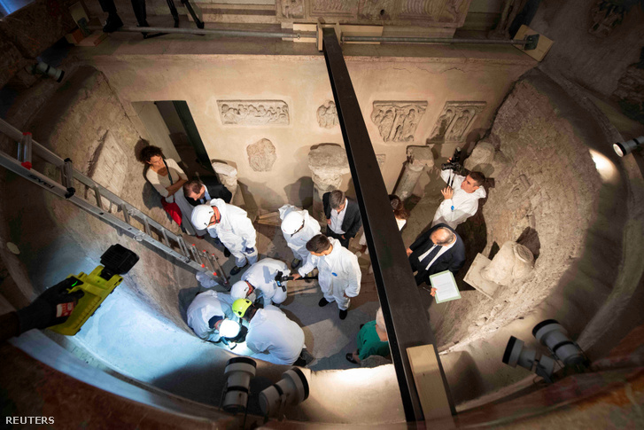Igazságügyi orvosszakértők dolgoznak egy vatikáni temető padozata alatt felfedezett csontkamrában 2019. július 20-án.
