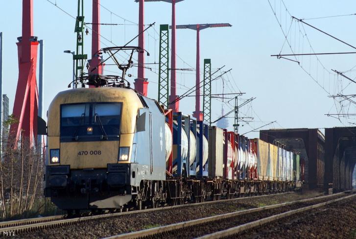 Tartálykocsikból és zárt külföldi vagonokból álló vasúti szerelvény halad át a Déli összekötõ vasúti hídon