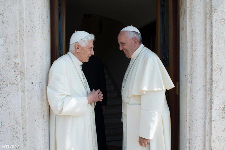 Ferenc pápa (j) fogadja elõdjét XVI. Benedeket Vatikánvárosban 2015. június 30-án.