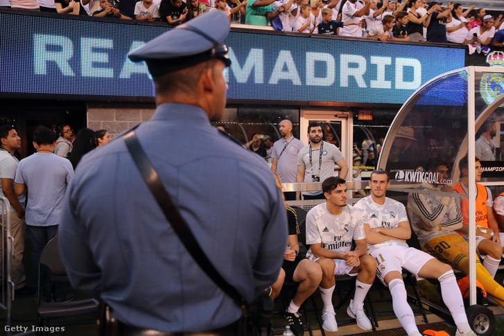 Gareth Bale (jobb szélen) ül a Real Madrid kispadján az Atletico Madrid elleni Nemzetközi Bajnokok Kupája mérkőzésen New Jersey-ben 2019. július 26-án