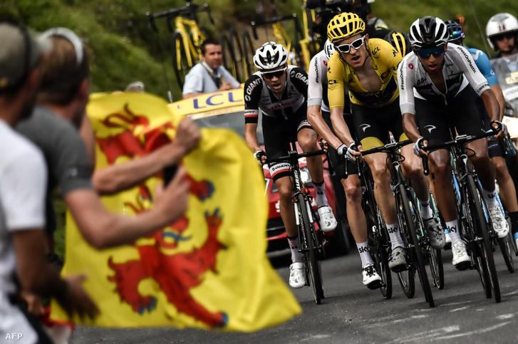 A sárgatrikós Geraint Thomaselőtt megy Egan Bernal a 105. Tour de France 17. szakaszán Bagneres-de-Luchon és Saint-Lary-Soulan Col du Portet között 2018. július 25-én