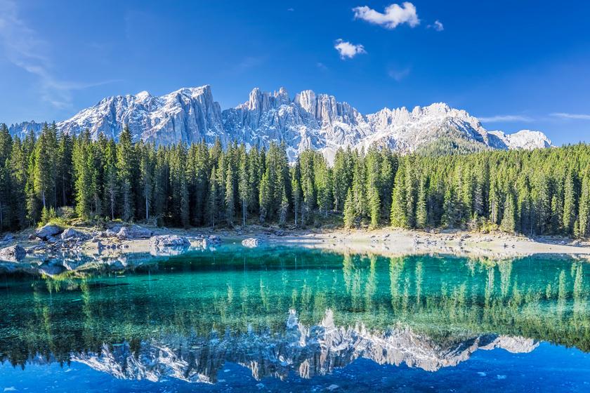 A Karersee a tartomány és egyben a Dolomitok legszebb tava: smaragdszínű vize és a kristálytiszta hegyi levegő rengeteg turistát vonz a vidékre.